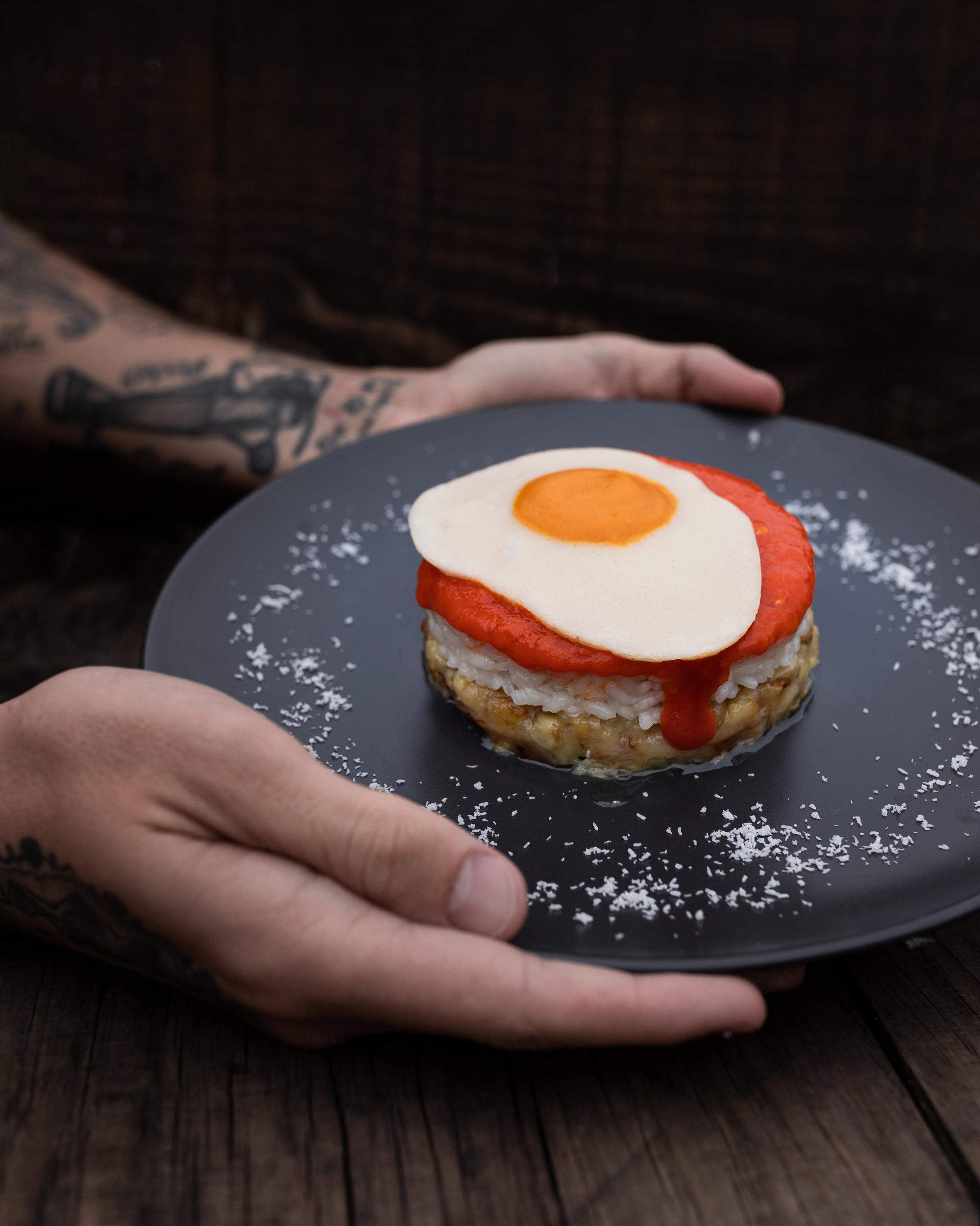 Arroz a la cubana con huevo frito vegano