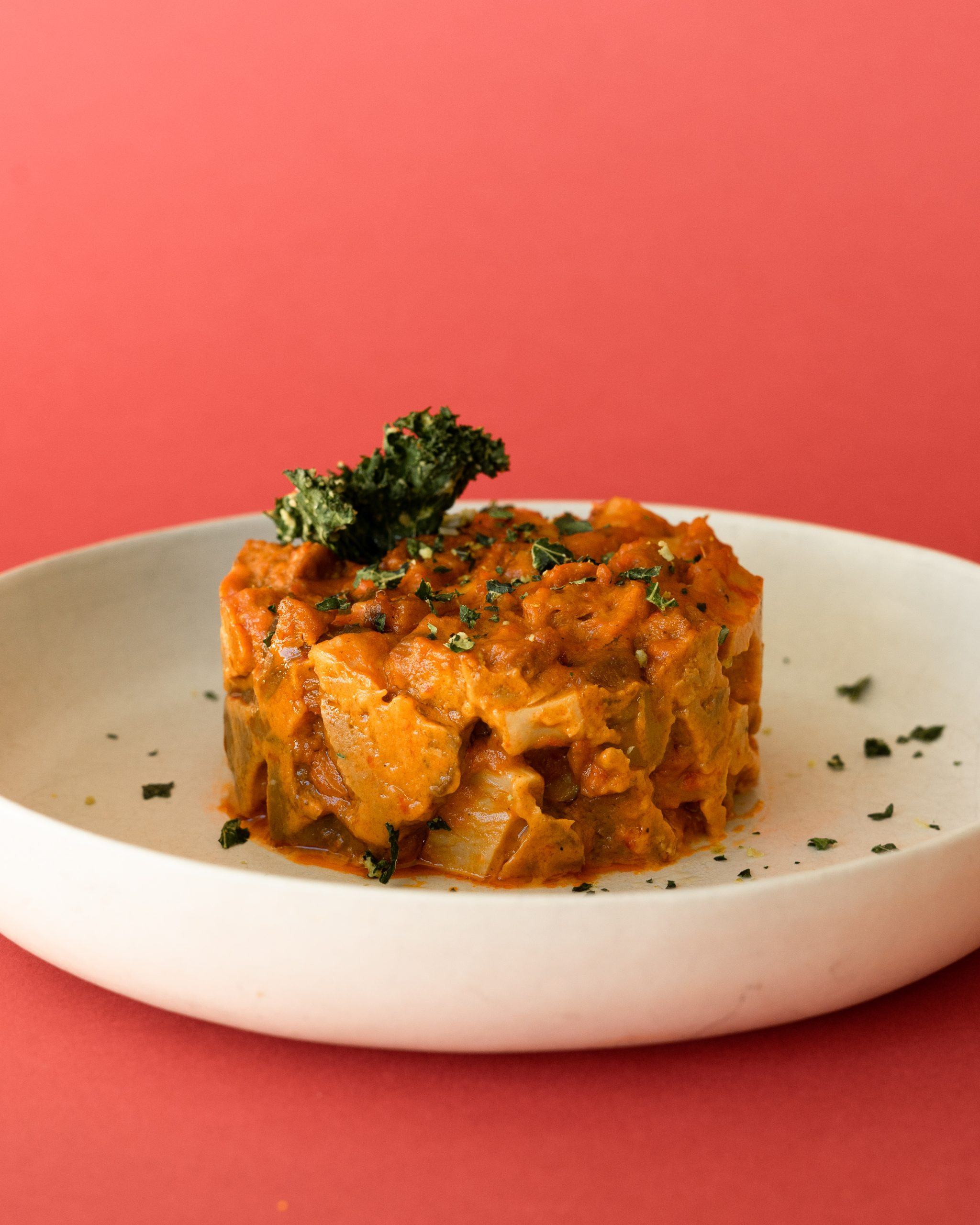 tartar vegano con salsa y heura