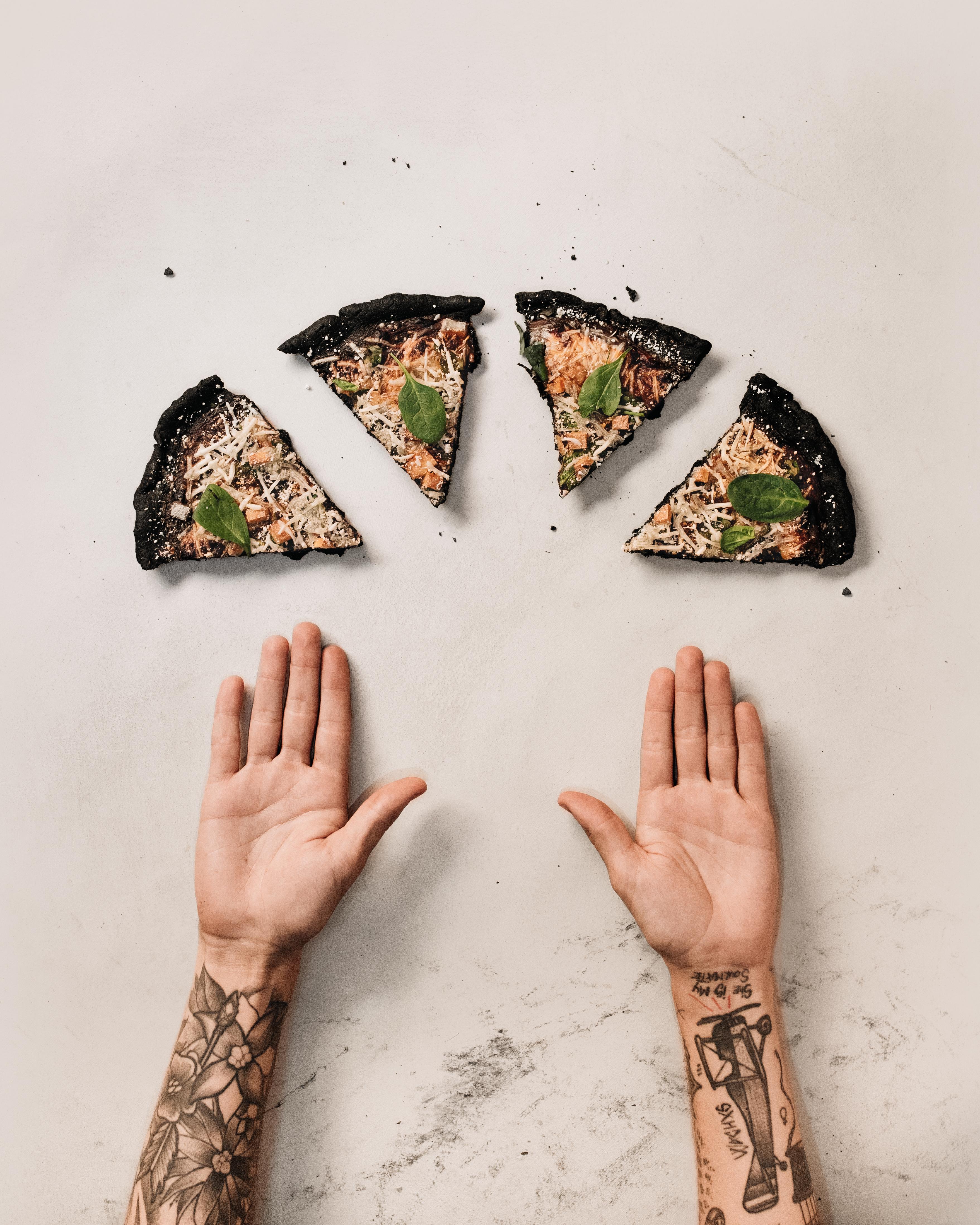 pizza negra de carbon activo vegana