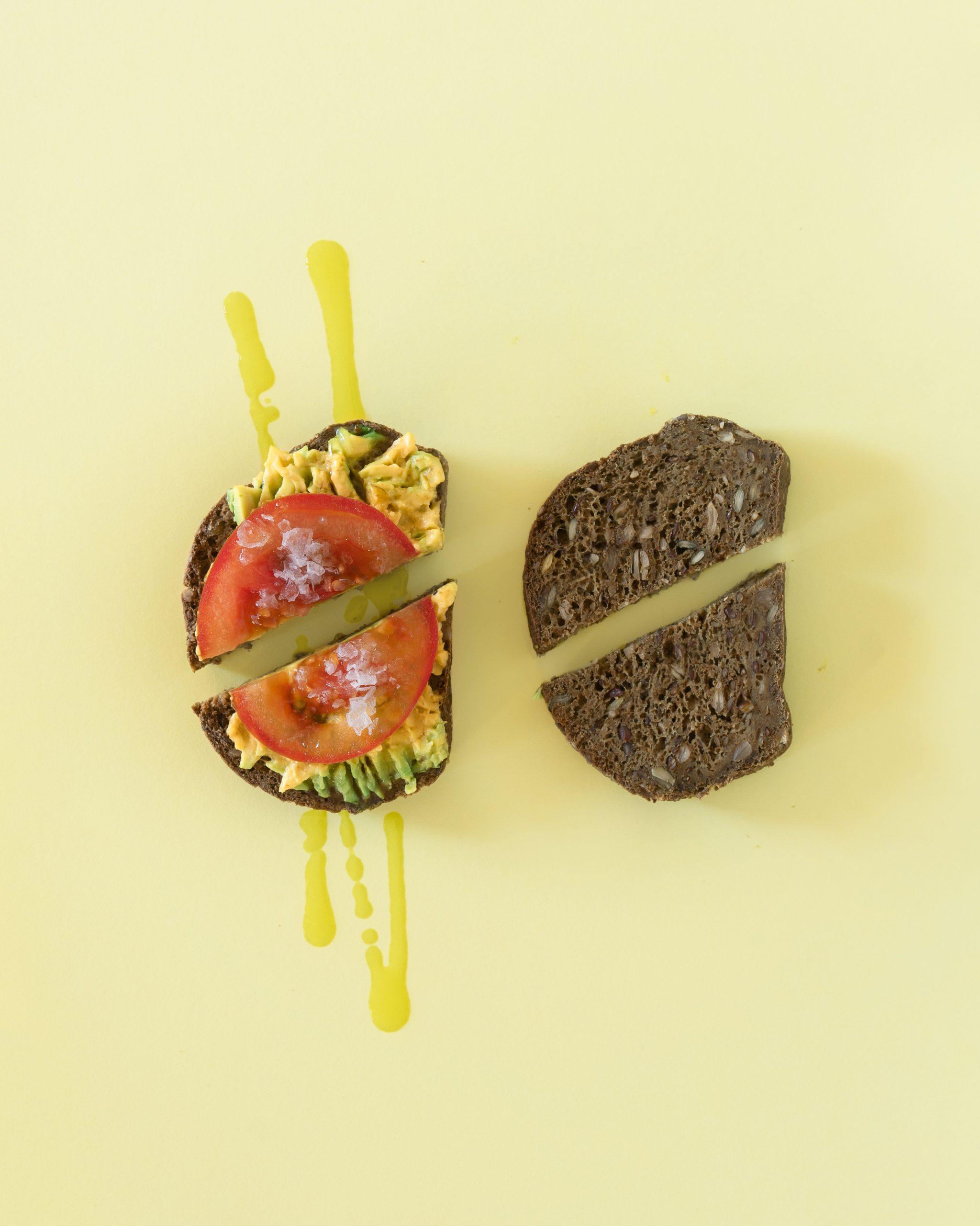 tostadas de aguacate y tomate